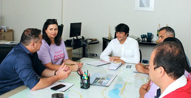 Veras intermedia reunião entre o Administrador do Lago e representantes de feira de artesanato. Foto: Anna Cléa Maduro