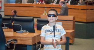 Apaixonado por política, garoto de 10 anos encanta distritais